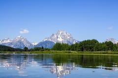 Berg med reflexion på den storslagna Teton nationalparken Arkivfoto