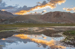 Berg med reflexion på sjön Royaltyfria Bilder