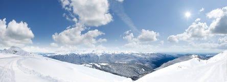 Berg med snö Arkivbild