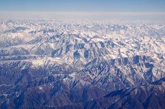 Berg med snö, flyg- sikt Jordyttersida Miljöskydd och ekologi reslust och lopp green tänker Arkivfoto