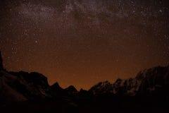 Berg med stjärnan i nattetid Arkivbild