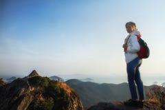 Berg med tunga semestrar för begrepp för affärsföretag för reslust för ryggsäcklopplivsstil royaltyfri bild
