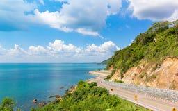 Berg, Meer und blauer Himmel mit Kurvenstraße bei Nuen Nang Paya, Kung Wi Marn Viewpoint Stockbilder