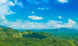 Berg met blauwe hemel Stock Foto's