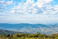 Berg met blauwe hemel en wolkenachtergrond Stock Fotografie