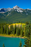Berg met de herfstkleur Royalty-vrije Stock Afbeeldingen