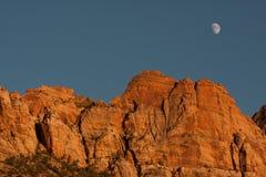 Berg met de maan Stock Foto's