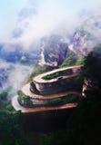 Berg met de zigzagweg Stock Foto's