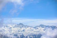 Berg met hoogtepunt van sneeuw Stock Afbeelding