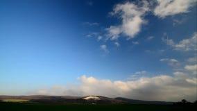 Berg met kalksteenbreuk en wolken timelapse stock videobeelden