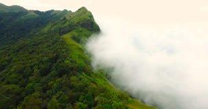 Berg met mist stock footage