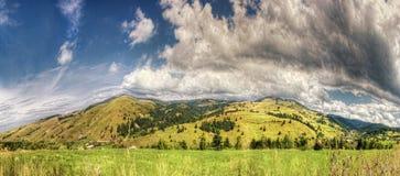Berg met mysticuswolken stock afbeeldingen