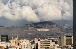 Berg met Turkse vlaggen die Cyprus scheiden stock fotografie