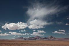 Berg met wolk in hemel Stock Fotografie