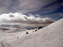 Berg met wolken en sneeuw royalty-vrije stock foto's