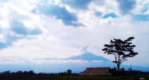 Berg met wolken wordt behandeld die Royalty-vrije Stock Afbeeldingen