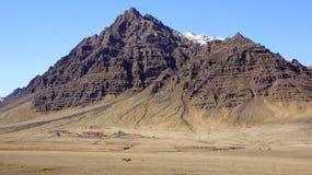 Berg mit Bauernhof nahe Hofn in den Ostfjorden in Island Lizenzfreie Stockfotos