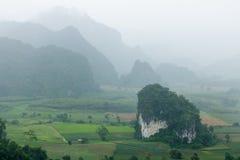 Berg mit dem Regnen am Morgen an Phu-langka Standpunkt, Phayao stockfoto