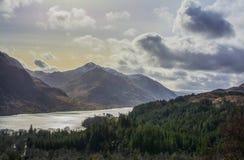 Berg mit einem großen See lizenzfreie stockfotos