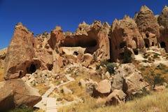 Berg mit Höhlen Stockbild