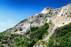 Berg mit Marmorsteinbrüchen in Apennines-moutains stockbild