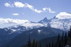Berg mit schönen Schichten und Wolken lizenzfreie stockfotografie