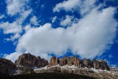 Berg mit Wolke lizenzfreie stockfotografie