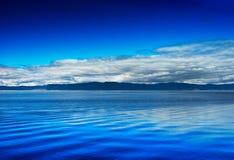 Berg mit Wolken auf Ozeanhorizont-Landschaftshintergrund Lizenzfreies Stockfoto