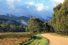 Berg mit Wolken und Sonnenlicht, Geehi, Nationalpark Kosciuszko NSW Australien lizenzfreies stockbild