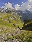 Berg, moln och blå himmel Kandersteg - Oeschinensee Berner Oberland switzerland Arkivfoto