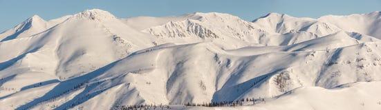Berg morgon, vinter, snölandskap arkivfoton
