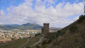 Berg mot den blåa himlen med vita moln Cirrusmolnmoln stöter ihop med den blåa himlen Del av fästningväggen på stock video