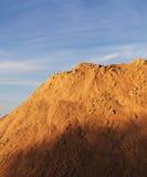 Berg mot himlen, ljus bild Arkivbild