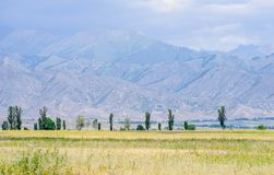 Berg nära Issyk- Kul sjön i Kyrgystan under sommarsäsong Fotografering för Bildbyråer