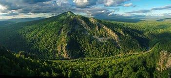 Berg na regen in de zomer - Siberië stock foto
