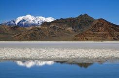 Berg nachgedacht über Bonneville-Salz-Ebenen im Winter Lizenzfreies Stockbild