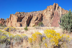 Berg nah an Smith Rock In Central Oregon Stockbilder