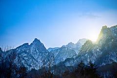 berg in natuurreservaat door sneeuwwintertijdachtergrond die wordt behandeld Stock Afbeelding