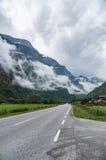 Berg nevelig landschap met weg Stock Afbeeldingen