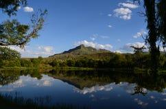 Berg och bevattnar royaltyfri fotografi