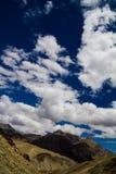 Berg och blå himmel Fotografering för Bildbyråer