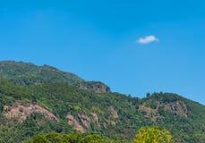 Berg och blå himmel i bakgrund royaltyfria bilder