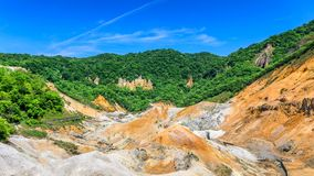 Berg och blå himmel i Hokkaido, Japan Arkivfoto
