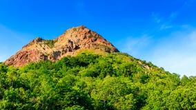 Berg och blå himmel i Hokkaido, Japan Royaltyfri Bild