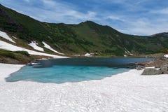 Berg och blå sjö på den Kamchatka halvön Arkivbilder
