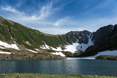 Berg och blå sjö på den Kamchatka halvön Arkivbild