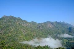 Berg och blåttsky Arkivfoto