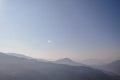 Berg och dimma med apelsinen som gör suddig himmel i morgonen i vinter i Gangtok Norr Sikkim, Indien Arkivbilder