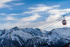 Berg och en gondol på en skidasemesterort royaltyfri bild