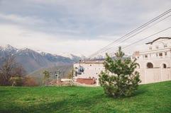 Berg och en kabelbil i Sochi Royaltyfri Bild